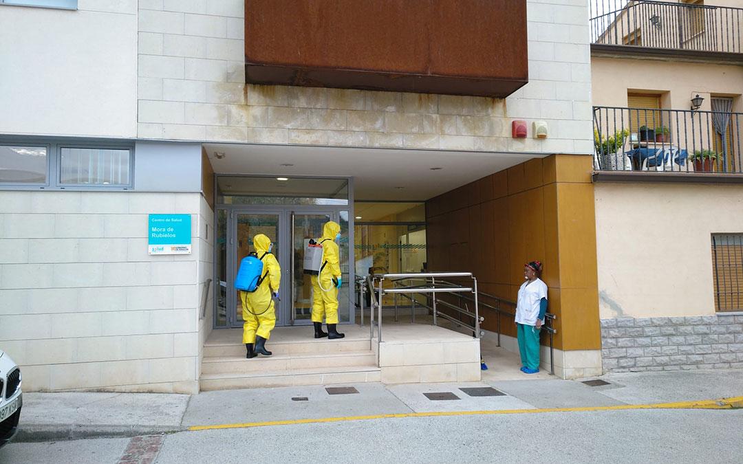 Equipo de bomberos de la DPT desinfectando el Centro de Salud de Mora de Rubielos