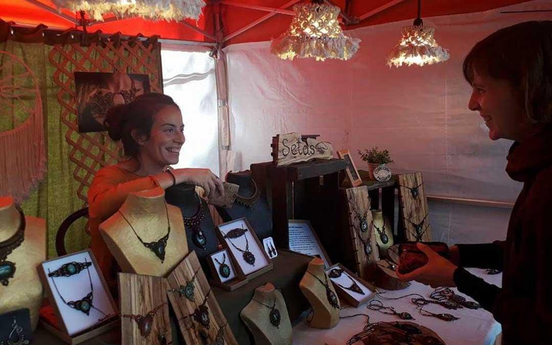 María Carreras, en su puesto en una de las muchas ferias en las que participa a lo largo del año. / Nudo y Pincel