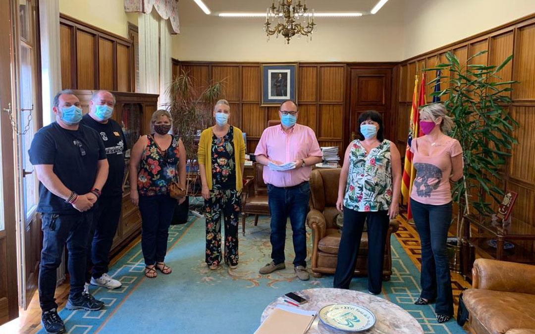 Representantes de Cuencas Mineras durante la entrega de firmas./LA COMARCA