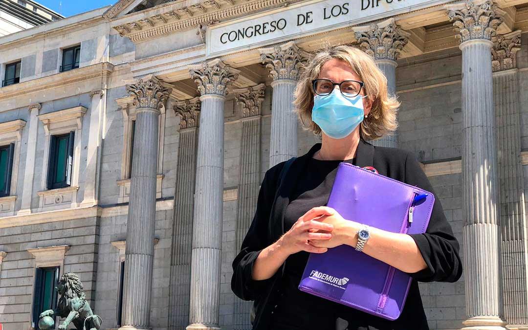 Teresa López, presidenta de FADEMUR, delante del Congreso de los Diputados./ FADEMUR