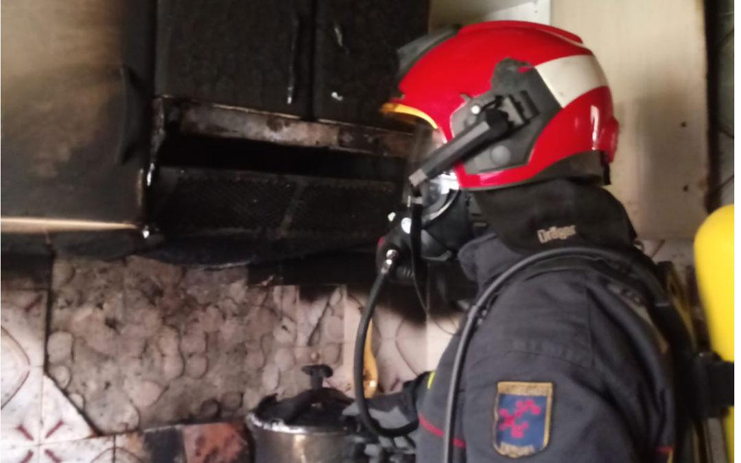 Uno de los bomberos del parque de Montalbán que han acudido al domicilio siniestrado. Bomberos de la DPT