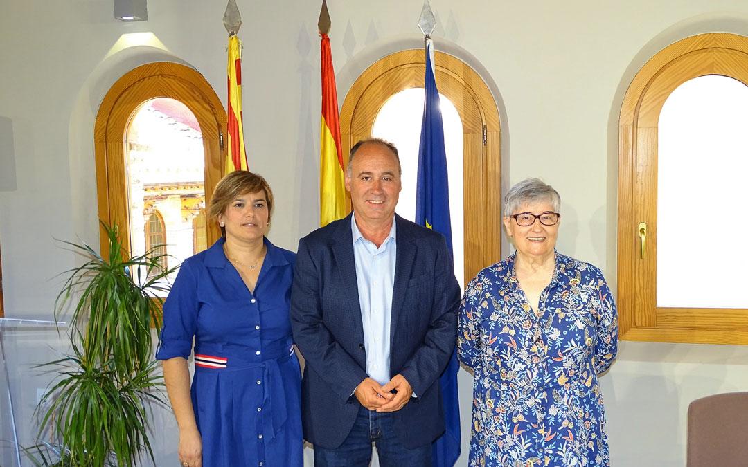 El alcalde, Miguel Iranzo, junto a Montserrat Martínez (dcha) y Berta Ejarque./LA COMARCA