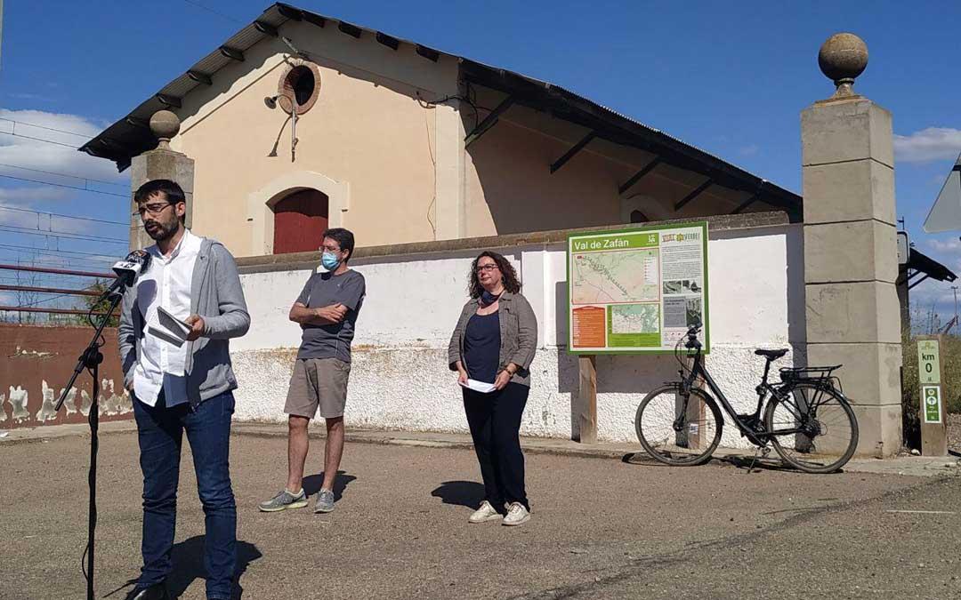 Álvaro Sanz, junto a Pedro Bello y Anabel Gimeno, en el KM 0 de la vía verde Val de Zafán de La Puebla de Híjar. / IU