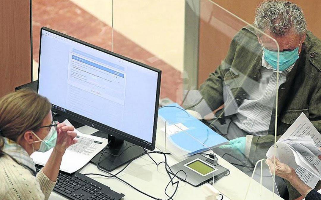 La DGA subvencionará al 100% la compra de mamparas como la de la foto (en Hacienda)./ Heraldo-Europa Press