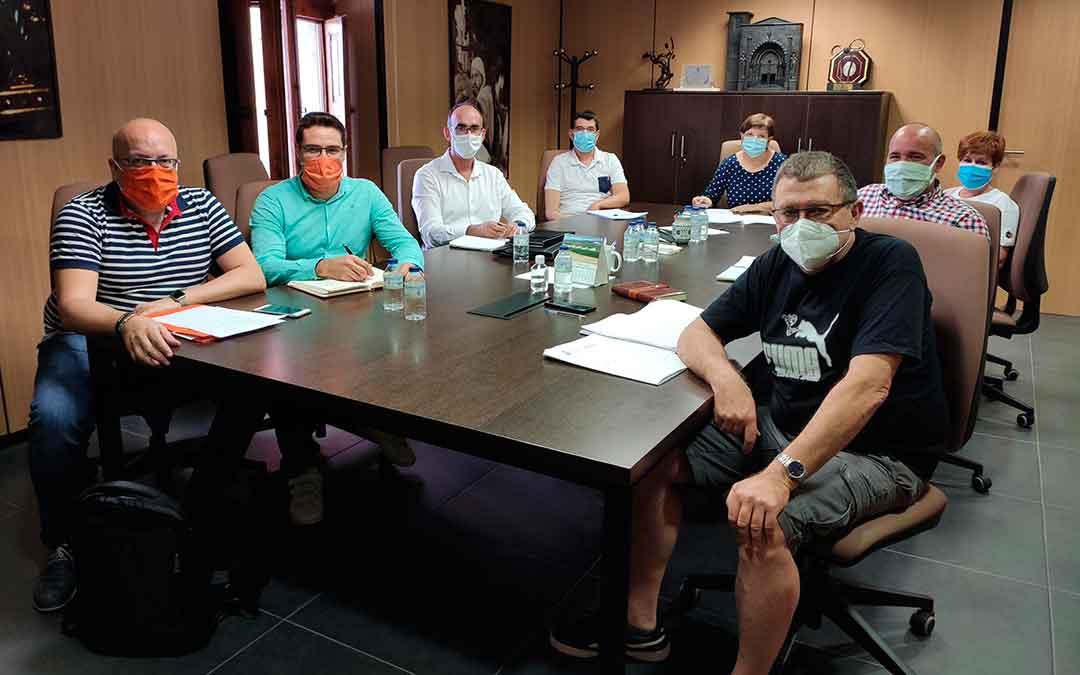 Representantes de todos los grupos políticos de Caspe en la mesa de trabajo que va a crear la línea de subvenciones a empresas.