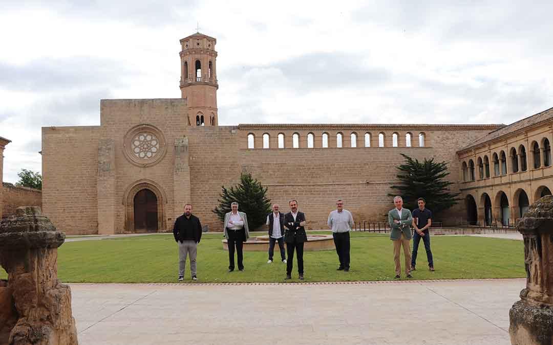 Representantes de las hospederías aragonesas junto al director gerente de Turismo Aragón Óscar Cámara, este jueves.