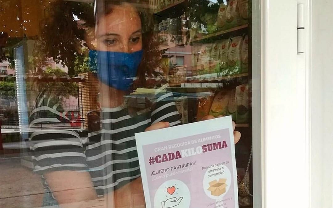 Scouts de Alcañiz reparte carteles de la recogida de alimentos en los comercios./ Alba Biel