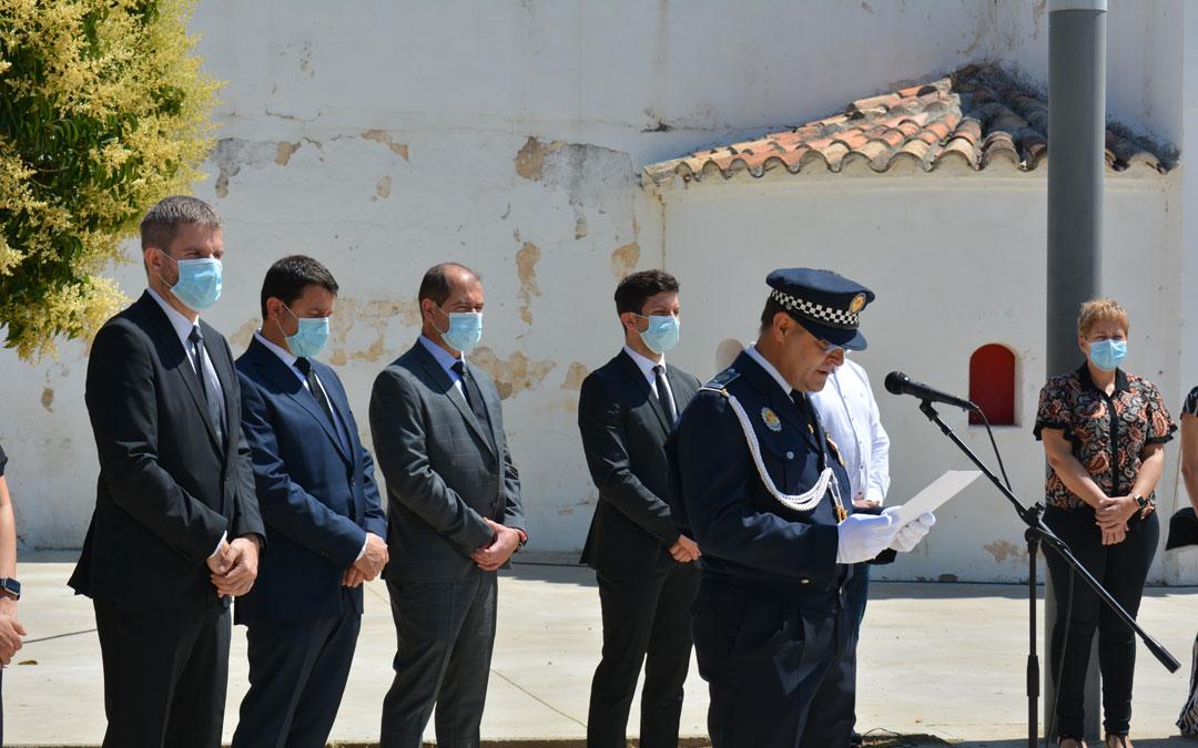 El jefe de la Policía Local de Alcañiz, Pedro Obón, durante la lectura del escrito de homenaje./I.M.