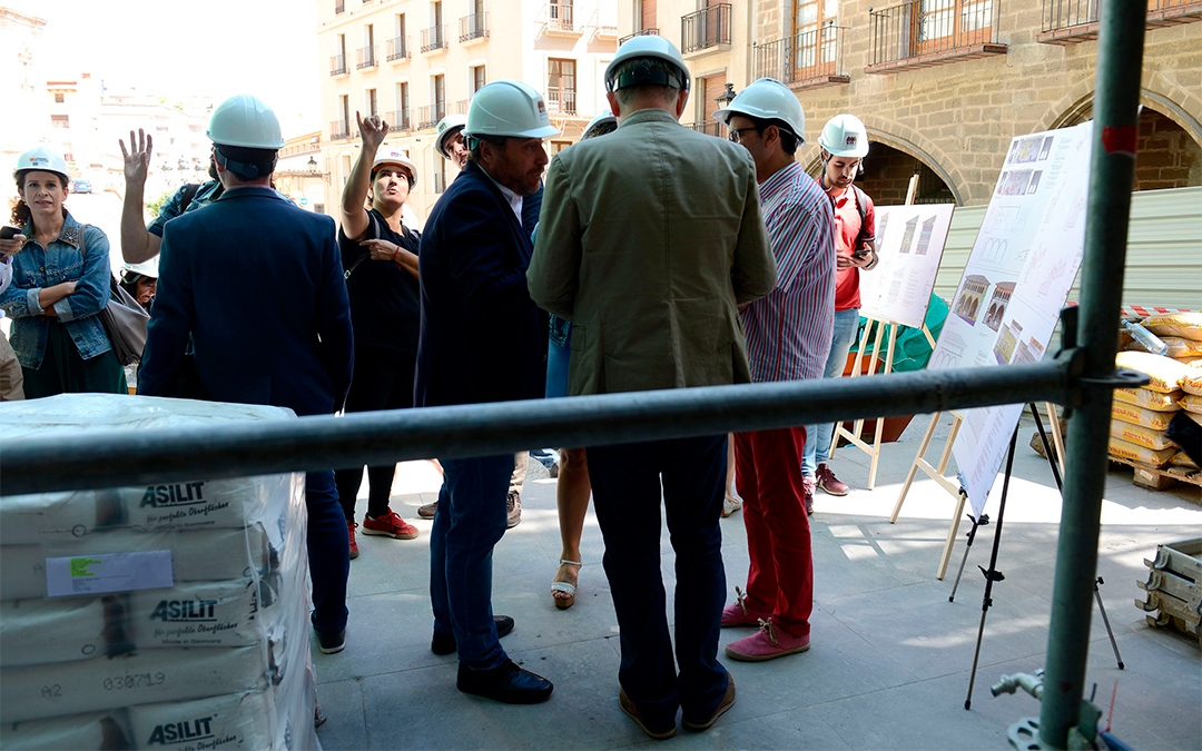 Imagen de archivo: visita institucional con arquitectos a recientes obras en el Ayuntamiento./ Ayto. de Alcañiz