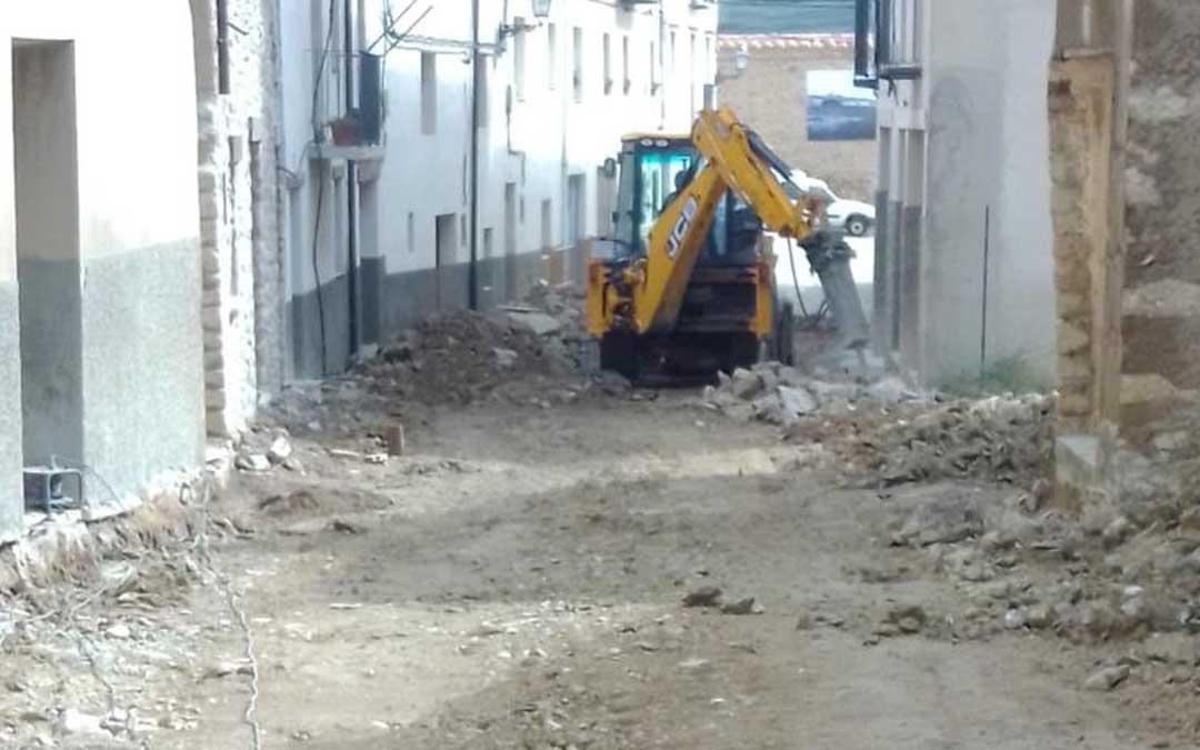 Obras de mejora en una de las calles del casco histórico de Cantavieja