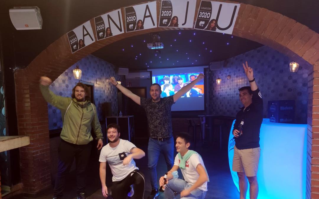 El bar puso una pantalla gigante para que los amigos de Anaju pudieran disfrutar de la gala final de OT./ L.C.