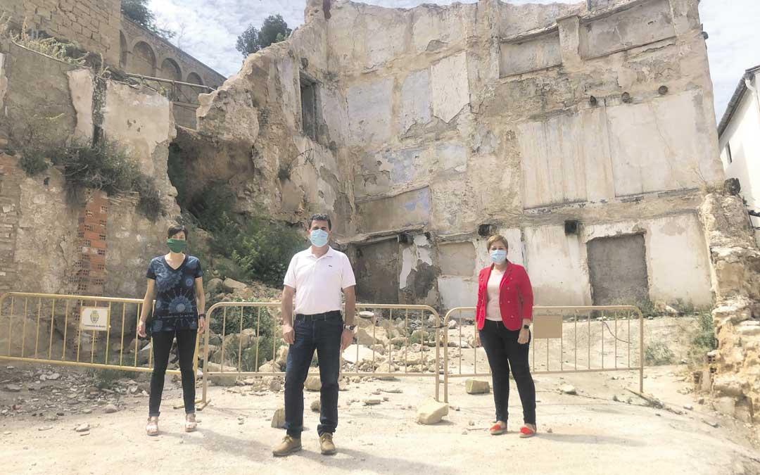 Beatriz Altaba, Eduardo Orrios y Berta Zapater, en un solar del casco antiguo, este lunes / L. Castel