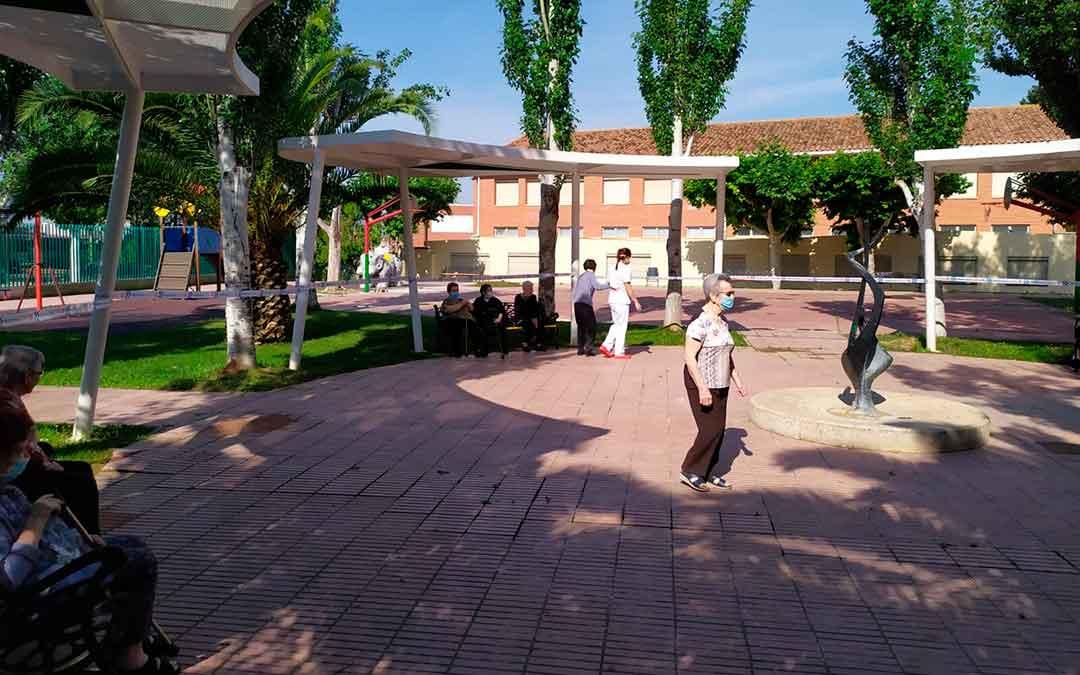 Usuarios de la residencia Adolfo Suárez paseando en el parque cercano al centro.