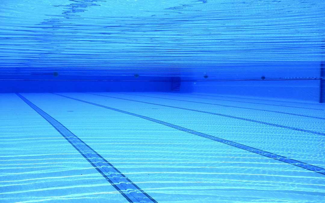 La apertura de las piscinas es una de las grandes decisiones del verano en las localidades. / Banco imágenes