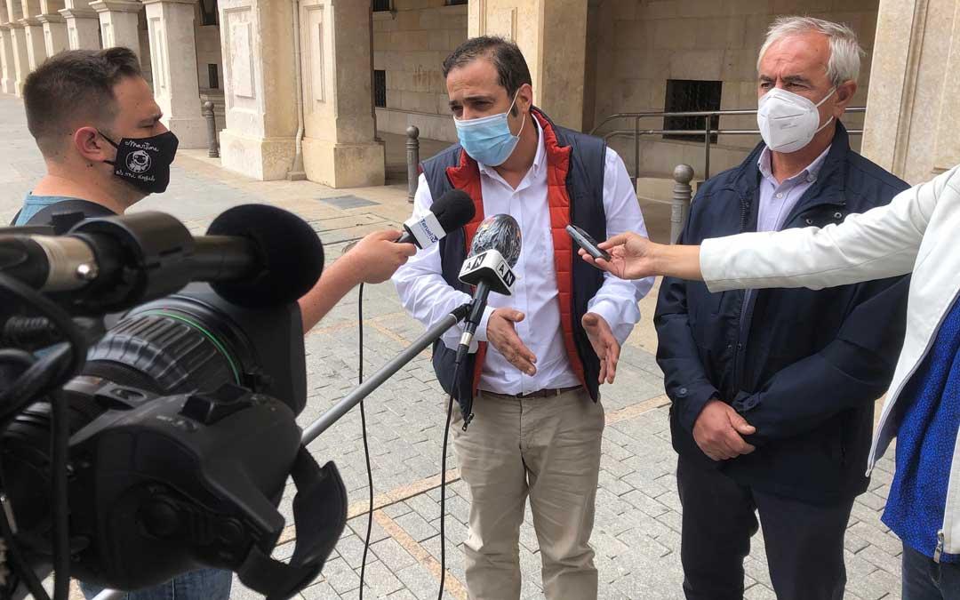 El secretario de Organización del PSOE de la provincia de Teruel, Antonio Amador; y el secretario general de la agrupación local de Teruel, Samuel Morón