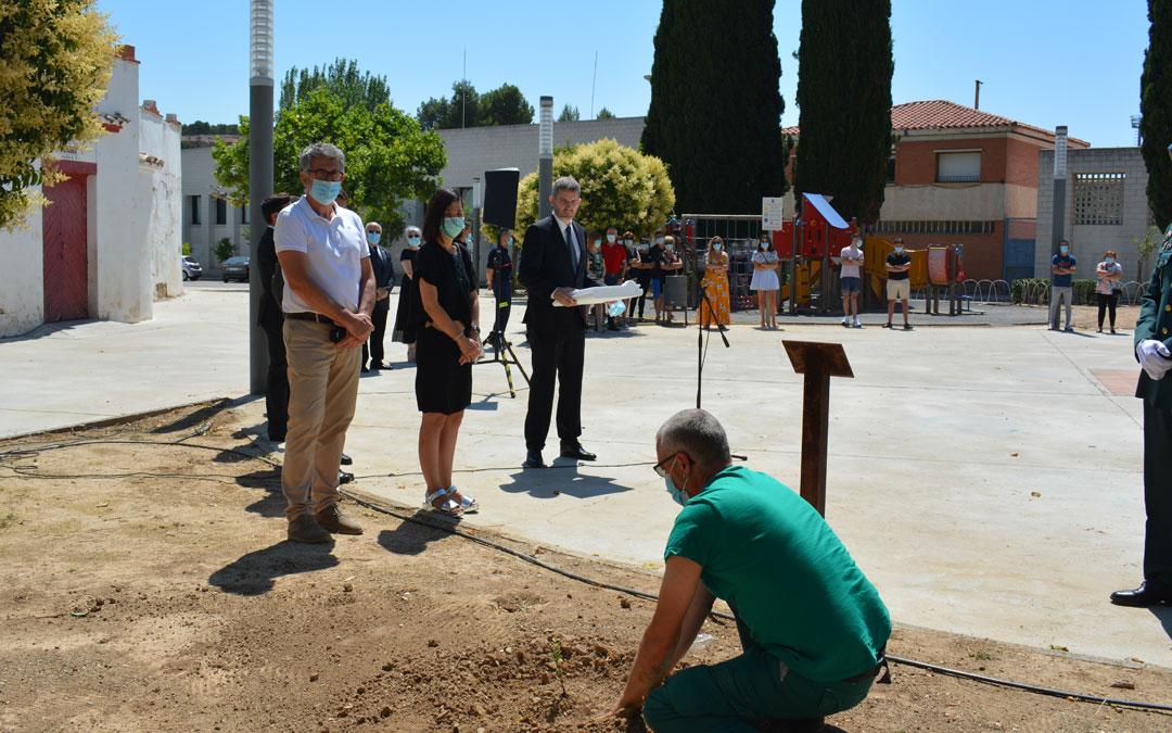 Representantes políticos y de servicios públicos, contemplando la plantación de la carrasca en Alcañiz./I.M.