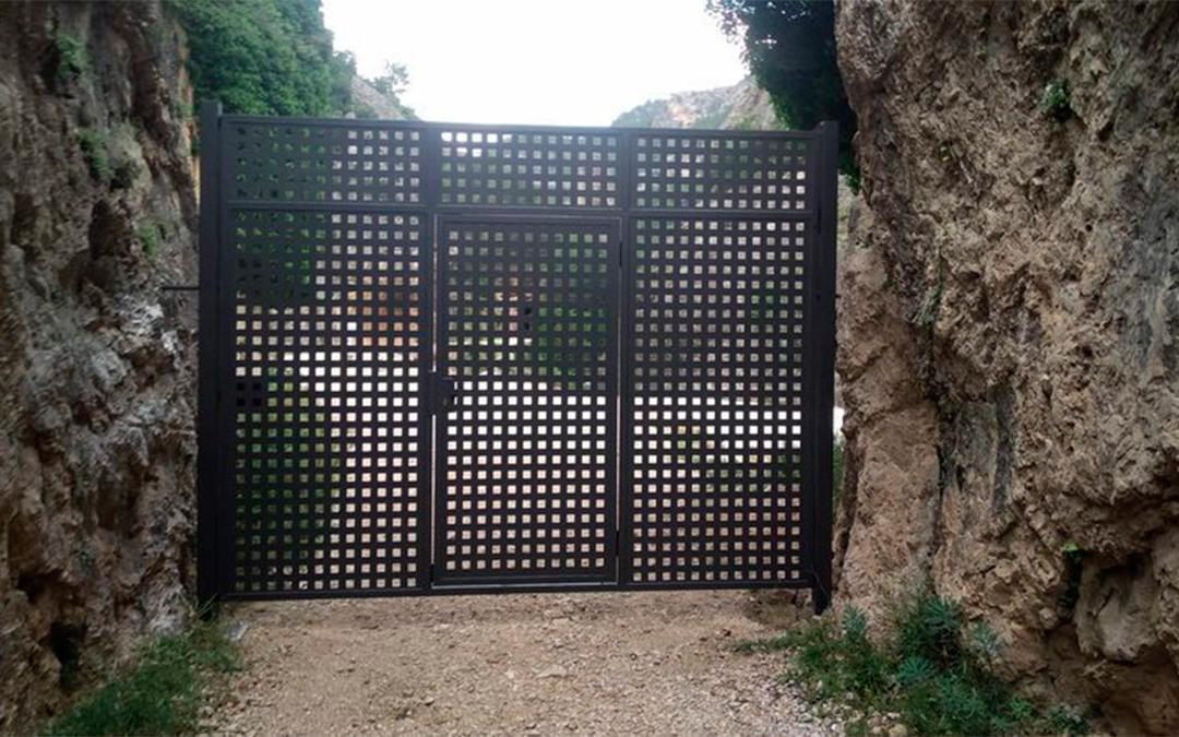 Puerta instalada en el acceso al Parrizal de Beceite/ Change.org