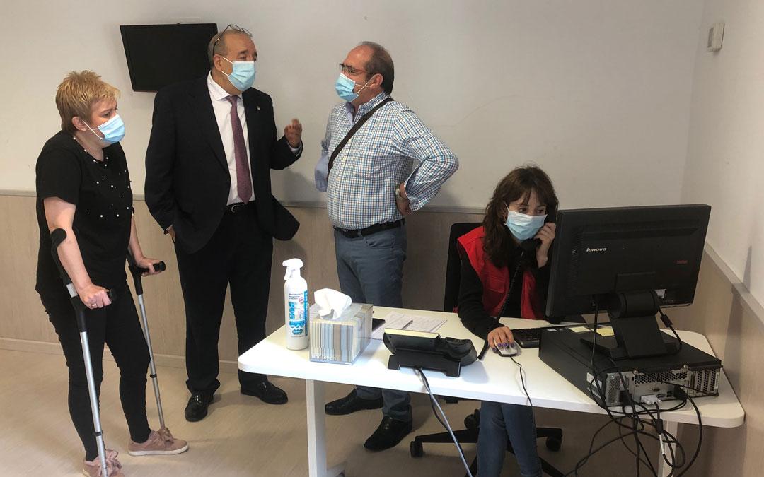 El presidente de la DPT, Manuel Rando, en su visita a la Cruz Roja en Teruel