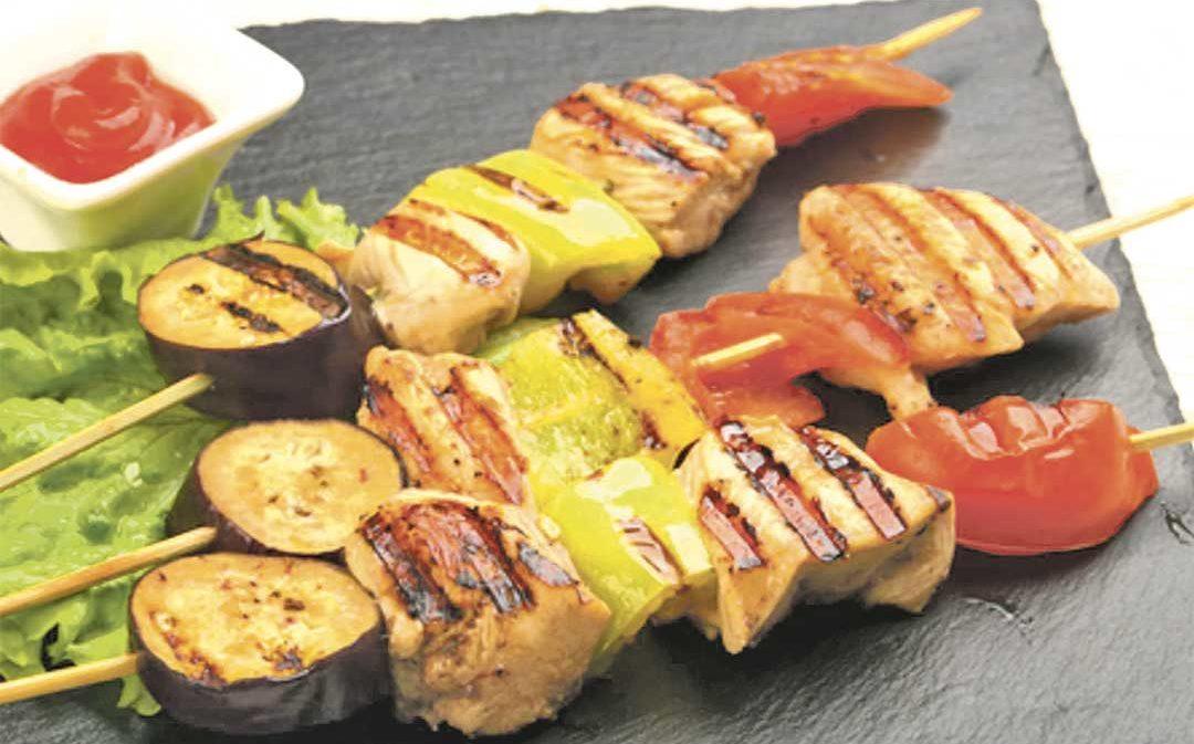 Brochetas de pollo y verduras con salsa teriyaki