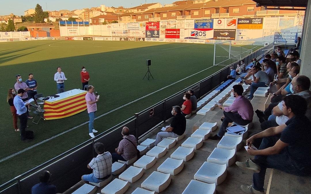 Asamblea de la comunidad de regantes en el campo de fútbol de Caspe / Ayto.