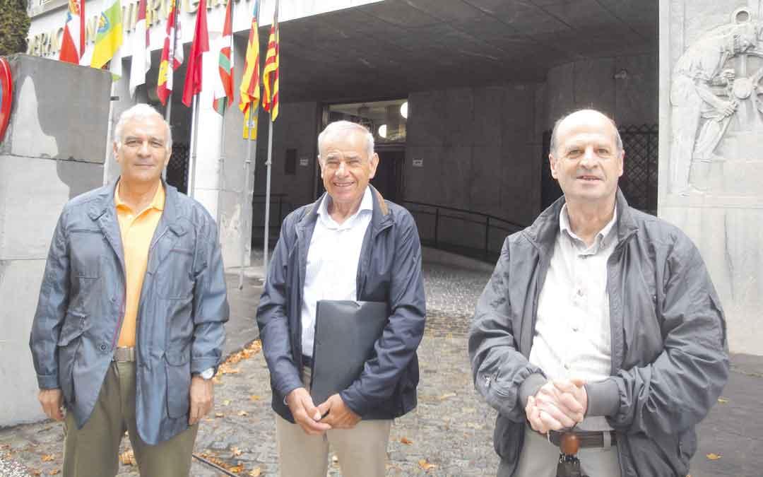 Miembros de Repavalde entregando las firmas en la CHE