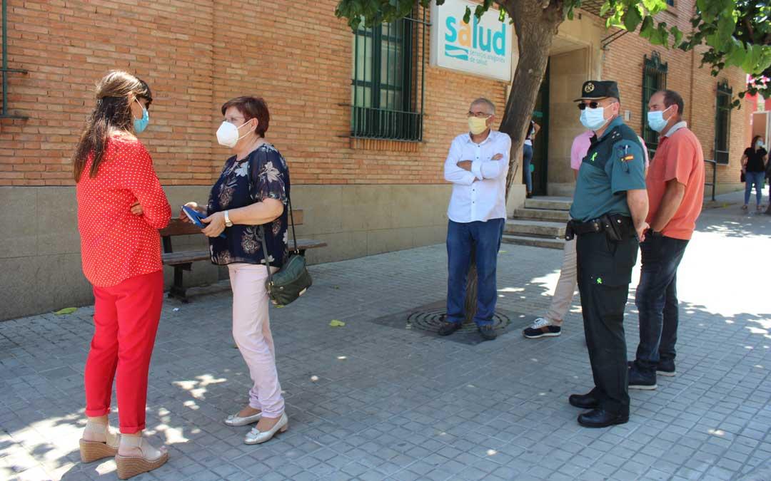 La consejera caspolina ha saludado a los miembros del Ayuntamiento y la Comarca que la esperaban a su llegada al Centro de Salud de Caspe / L. Castel