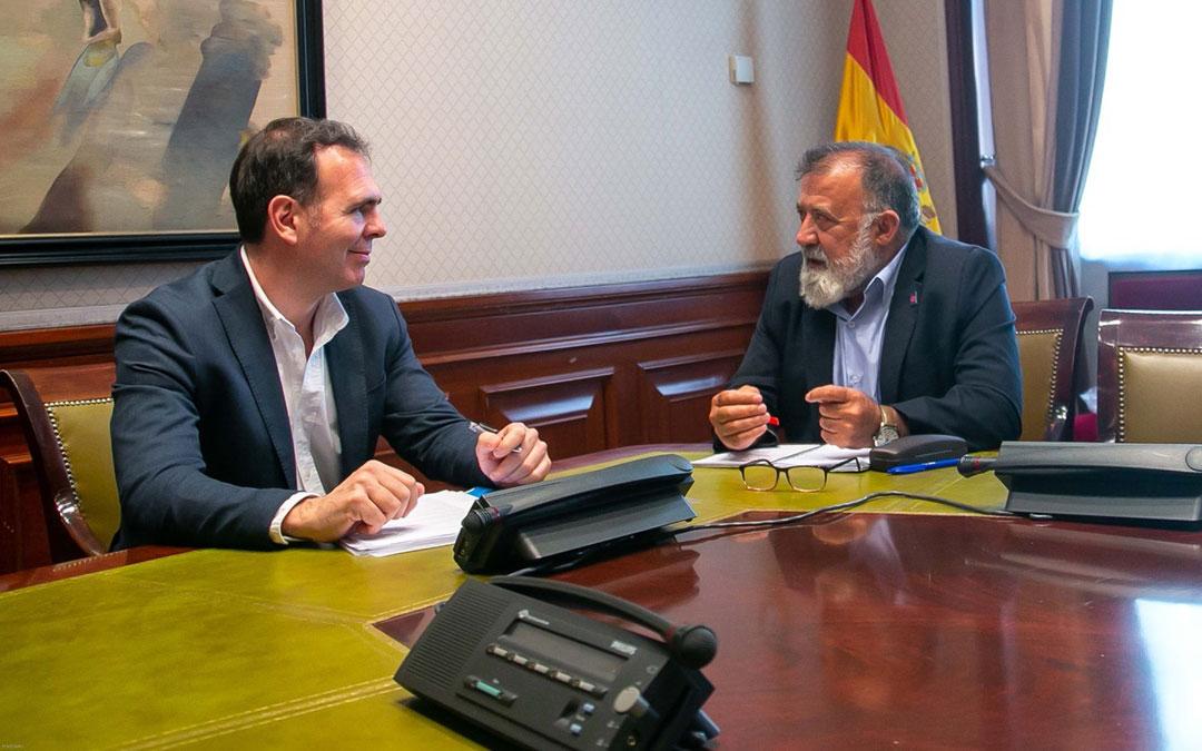 Alberto Alfonso, de Apadrina un olivo, reunido con el diputado del PSOE, Herminio Sancho.