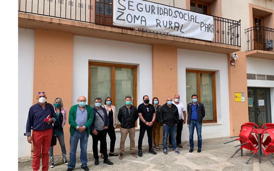 Participantes en la rueda de prensa de este jueves, frente a la oficina de Montalbán./LA COMARCA