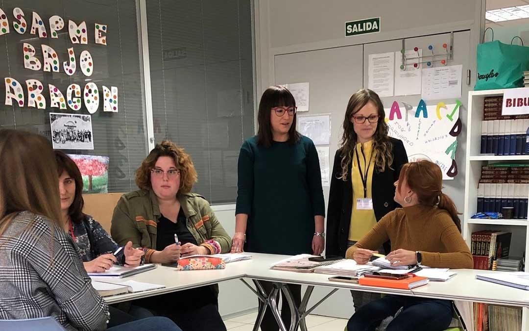 La diputada delegada de Bienestar Social e Igualdad, Susana Traver, en una visita a la asociación ASAPME Bajo Aragón./ DPT