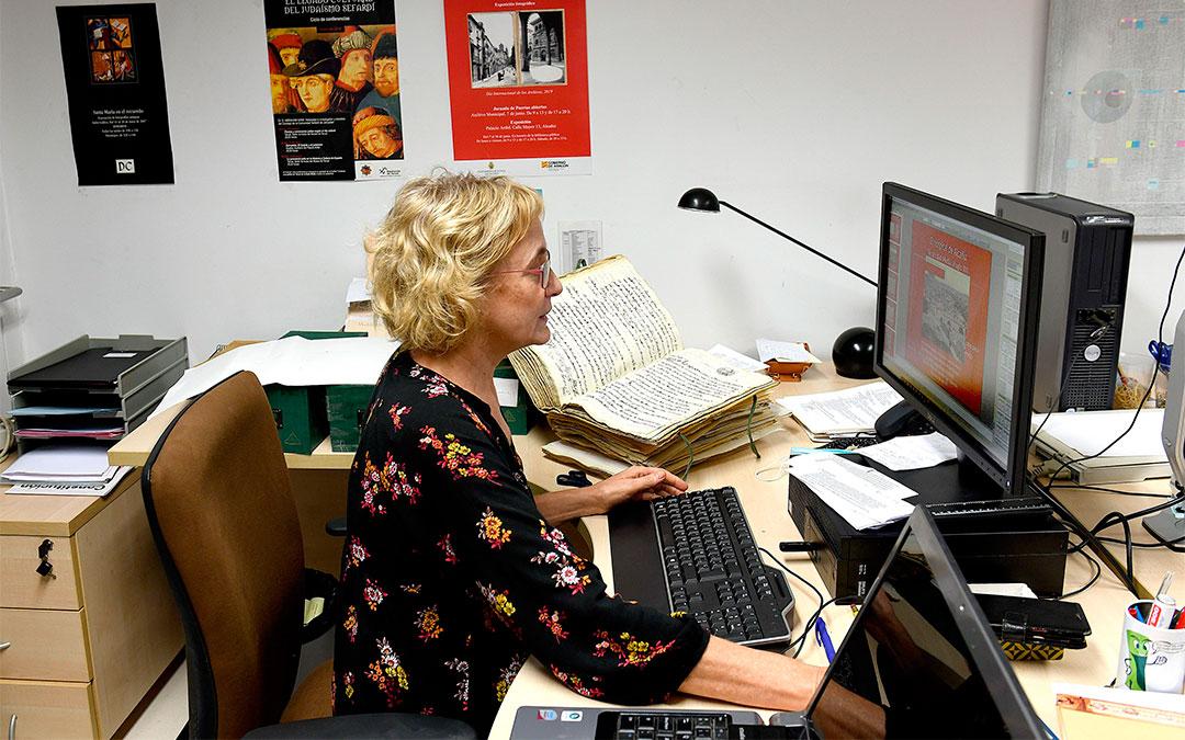 La responsable técnica del Archivo alcañizano, Teresa Thomson./ Ayto. de Alcañiz