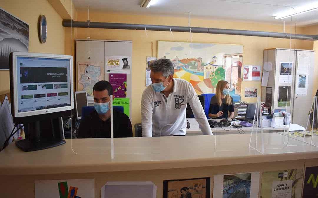 """Miles de estudiantes de la UNED se examinan desde sus casas durante un periodo de pruebas """"sin precedentes"""""""
