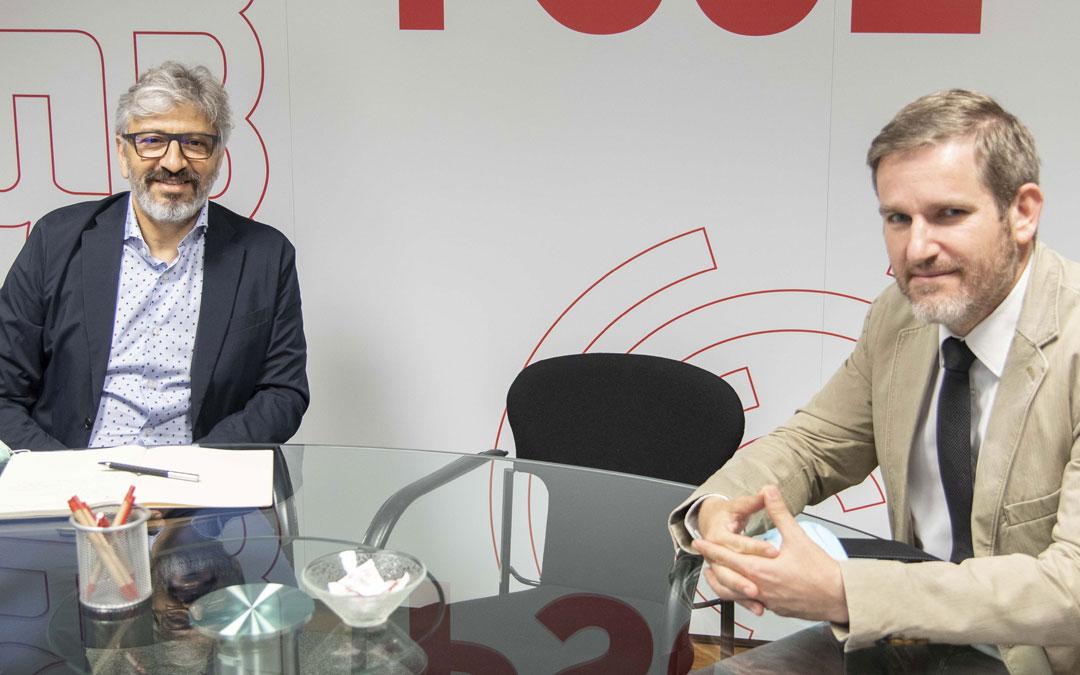 El exjugador del Real Zaragoza, Nayim, junto al alcalde de Alcañiz, Ignacio Urquizu