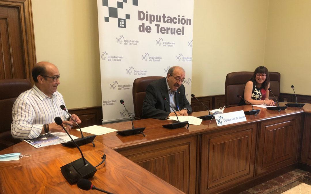 El presidente de ABATTAR, Manuel Martín, el presidente de la DPT, Manuel Rando, y la diputada delegada de Bienestar Social, Susana Traver, durante la firma del convenio./DPT