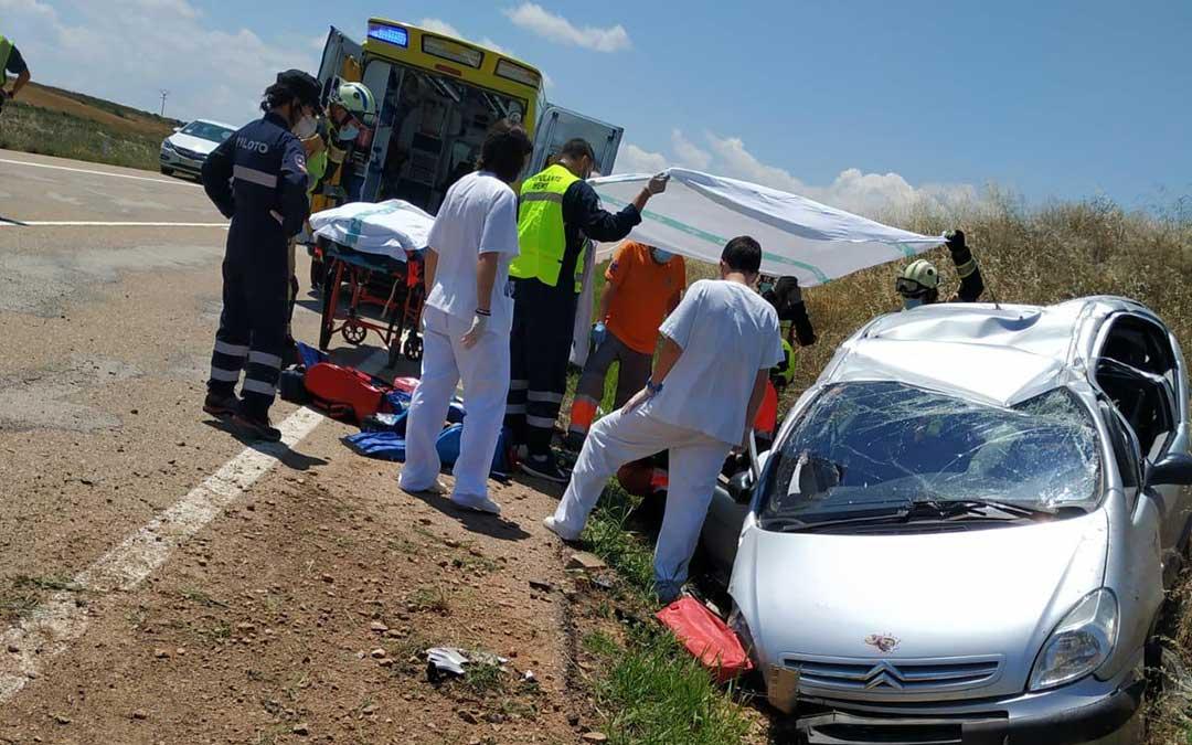 El personal atendiendo al herido en el accidente, que ha tenido lugar en el término municipal de Muniesa./ Bomberos de la DPT