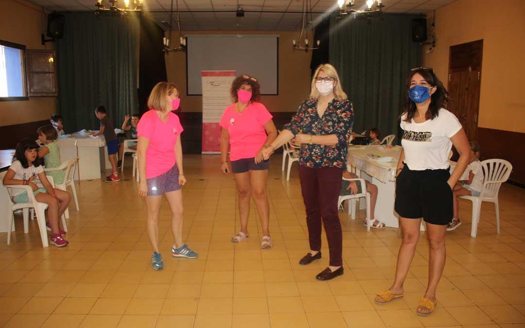 Foto de archivo de la concejal Mene y la alcaldesa Sancho con las responsables de las actividades de este verano en las pedanías / L. Castel