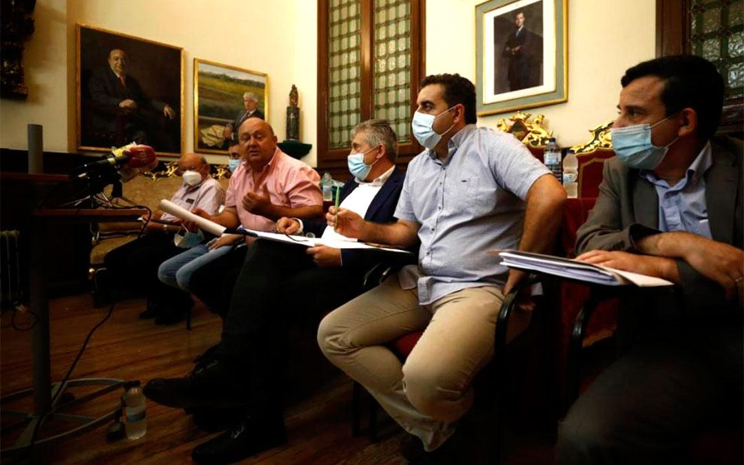 Los responsables de las seis organizaciones que han constituido Agrica. En primer plano José Manuel Roche, de UPA./ Oliver Duch-Heraldo