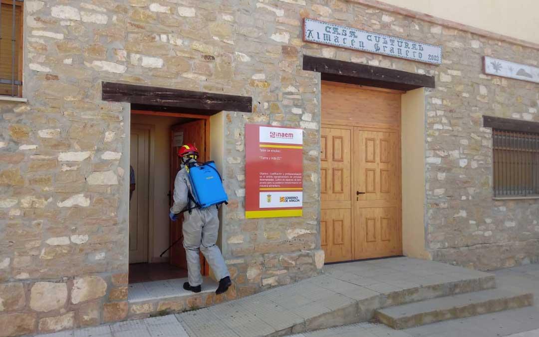 Los bomberos de Alcañiz han desinfectado el Ayuntamiento, la biblioteca y la conservera de alacón / Diputación de Teruel