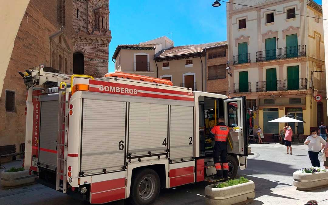 Los bomberos han acudido por la mañana y han tenido que acordonar la zona. FOTO: Isabel Arnas.