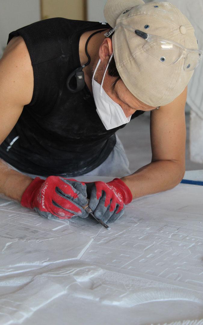 Adrián Arnau, dando forma a las ventanas de los edificios. / B. Severino