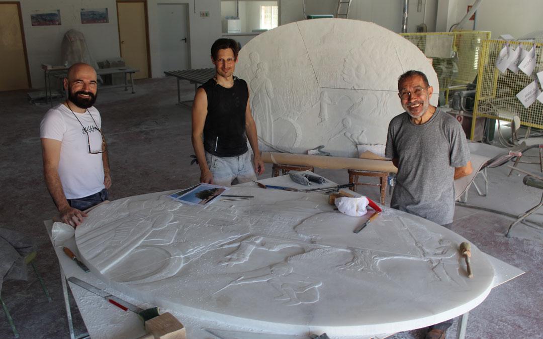 Los tres artistas posan en el CIDA en medio del proceso de talla. Sin mascarilla para la foto. / B. Severino
