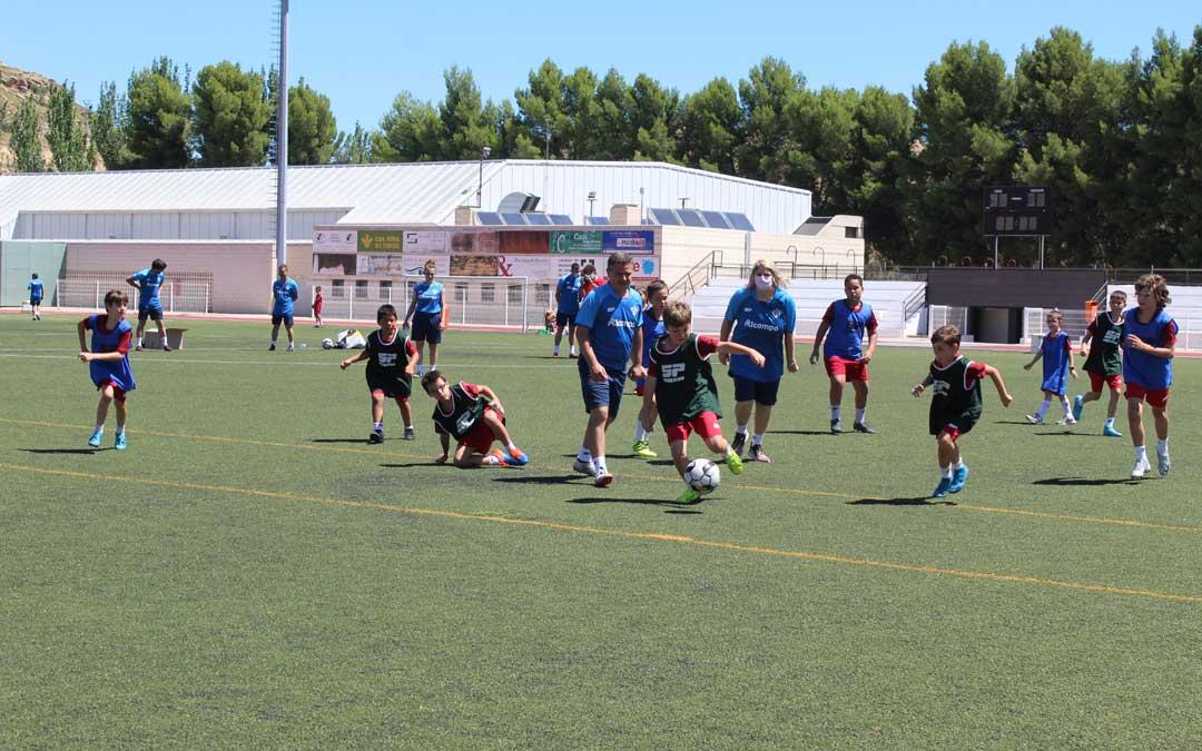 La concejala de Juventud, el área que organiza, Susana Mene, también se animó a un partidillo en el clinic en el que participaron niños y niñas. / B. Severino