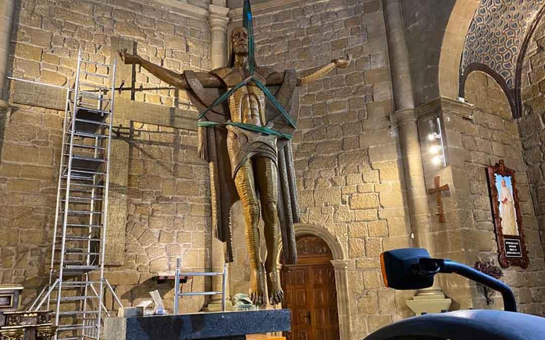 Un grupo de voluntarios restaura el Cristo de la iglesia parroquial de Andorra