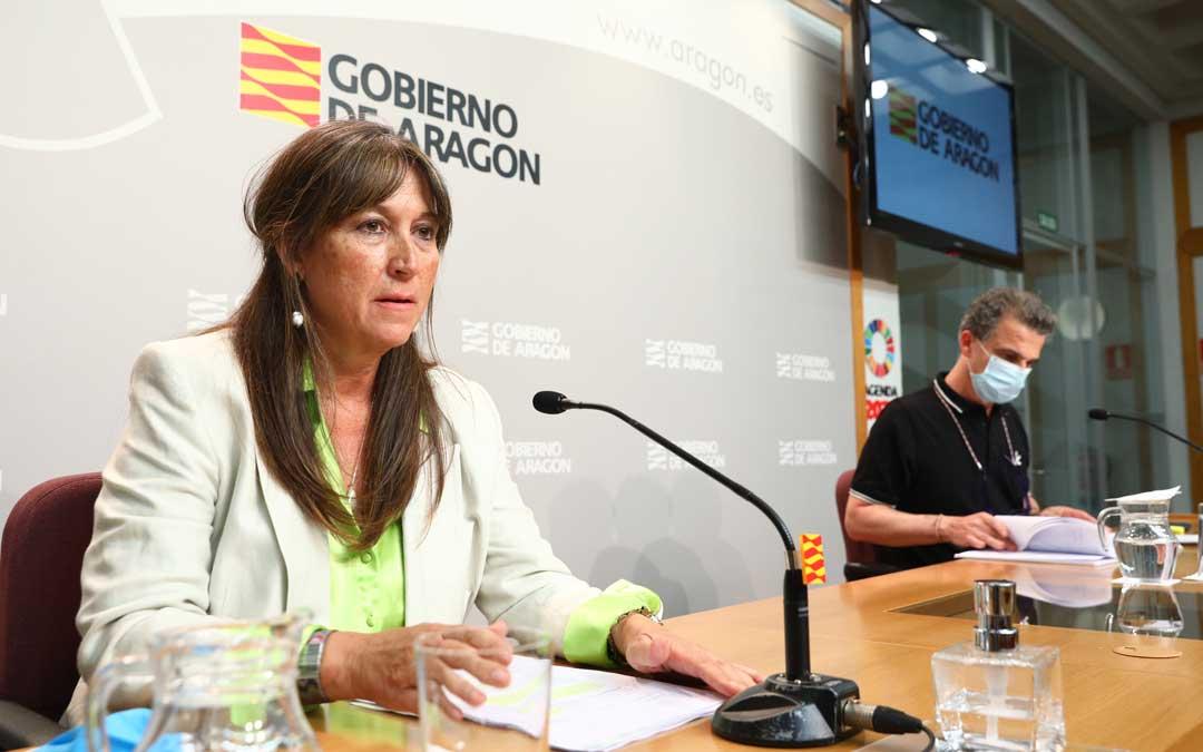 Desde hoy es obligatorio el uso de mascarilla en Aragón. En la imagen, vecinos de Caspe, este lunes / DGA