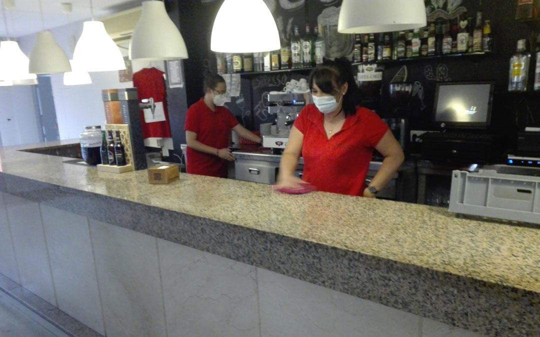El único bar de Alacón, cierra este jueves durante 15 días «por precaución». En la imagen, limpiando este miércoles