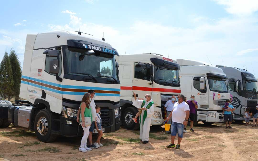 Bendición de vehículos en la explanada del Santuario de Pueyos de Alcañiz