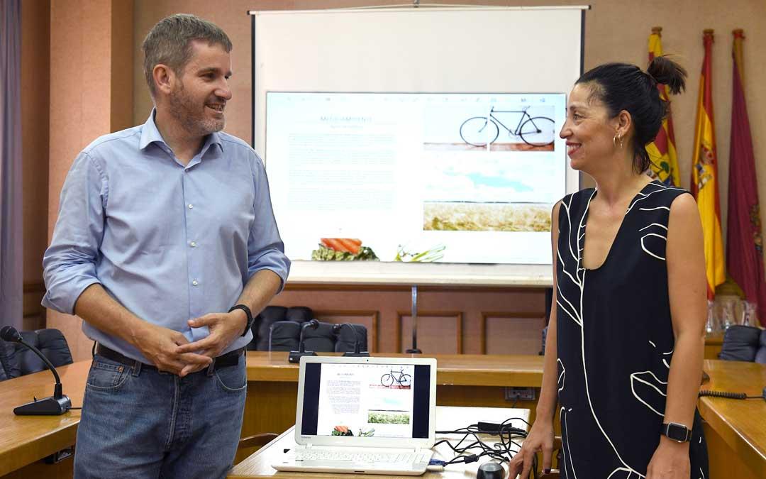 Urquizu y Milián en la presentación del Boletín municipal digital de Alcañiz / Ayto. Alcañiz
