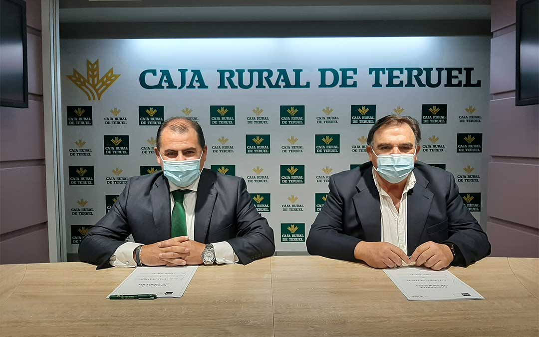 David Gutiérrez, director general de Caja Rural de Teruel y José Carlos Muniesa, el director de la UNED en Teruel,/ Caja Rural de Teruel