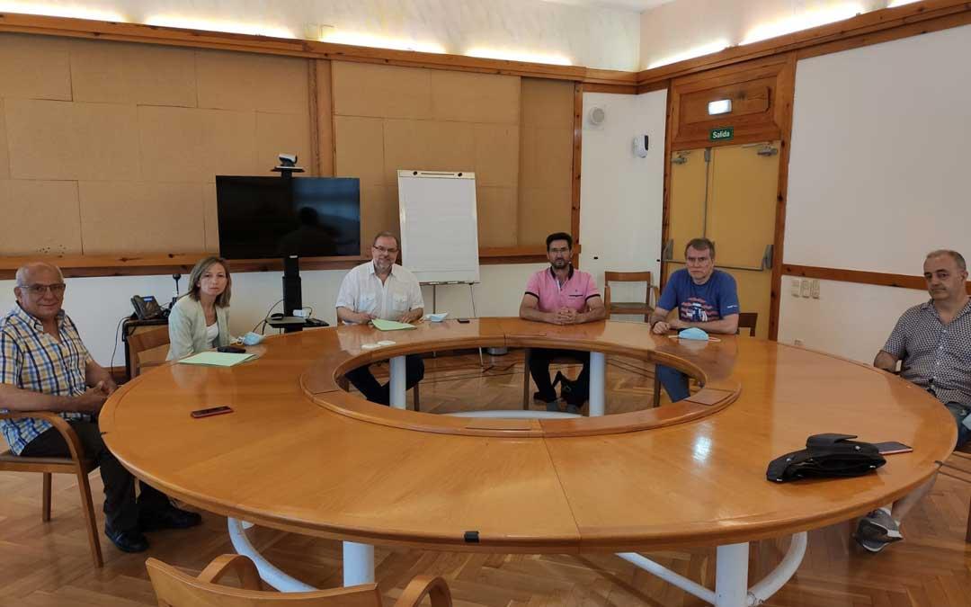 Reunión de Fuster con el vicepresidente de la Comarca del Bajo Aragón y los alcaldes de Torrevelilla, Belmonte de San José y La Cañada de Verich / DGA