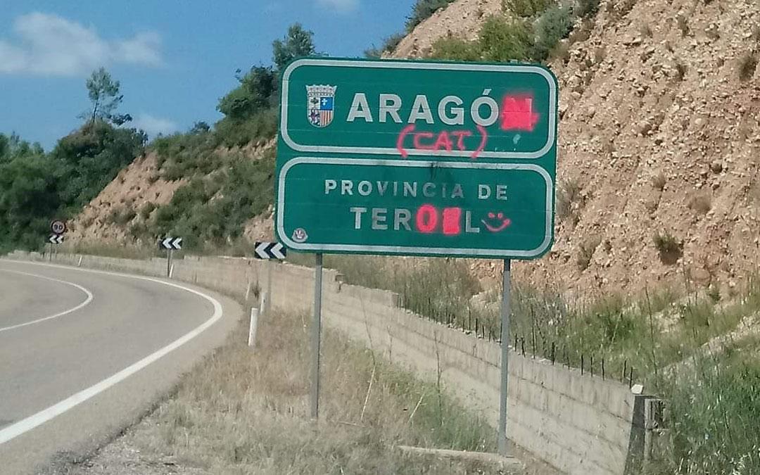 Se han realizado pintadas en el cartel en el límite provincial entre los términos municipales de Cretas y Arnes