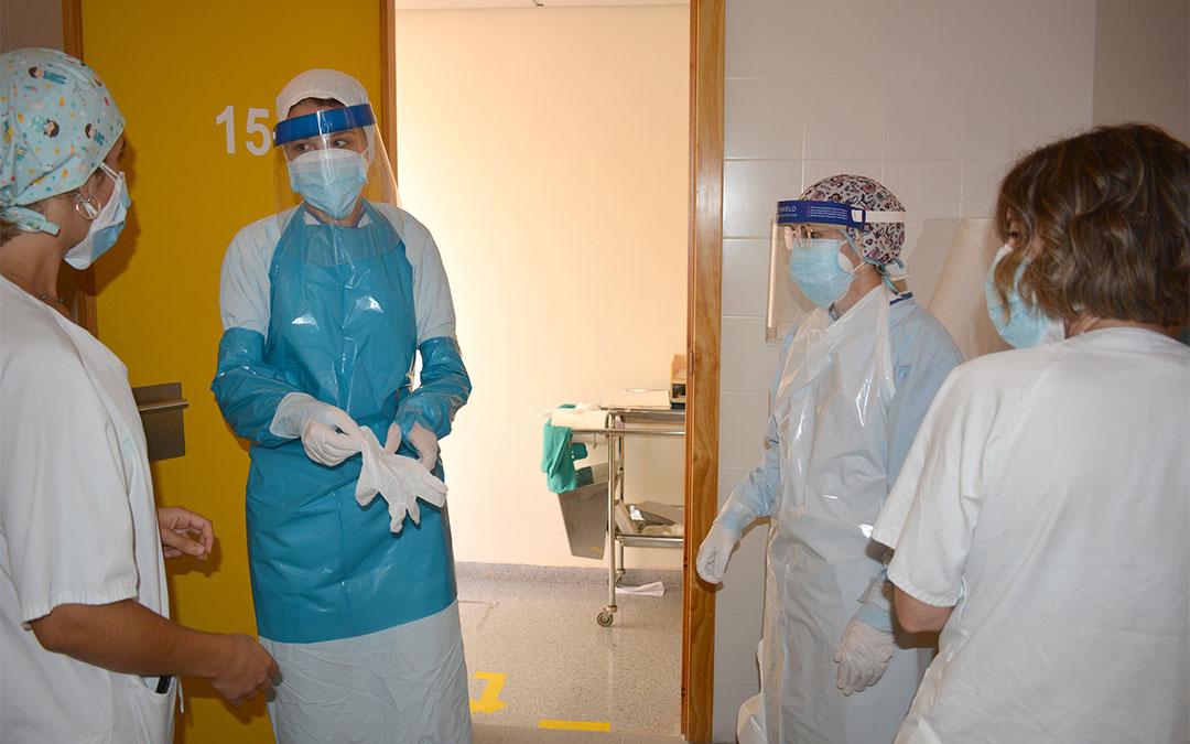 El personal sanitario se prepara para realizar las pruebas PCR./ María Celiméndiz